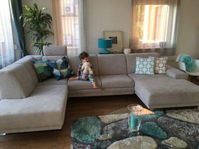 Nem véletlen, hogy az ADA COMBI ülőgarnitúra a család kedvence. A képen modell egységesíti a praktikumot és a designt.