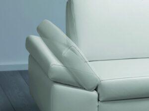 Modern vonalvezetésű elemekből összeállítható moduláris ülőgarnitúra.