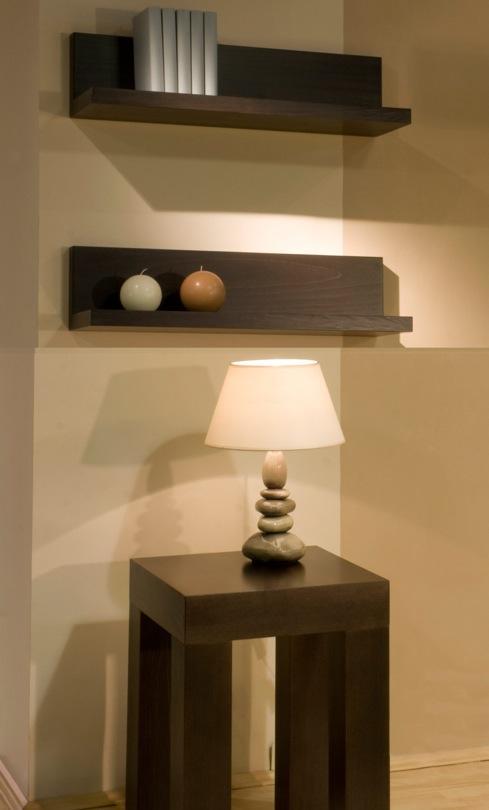A Hool konzolasztal fafurnéros anyagból készül.