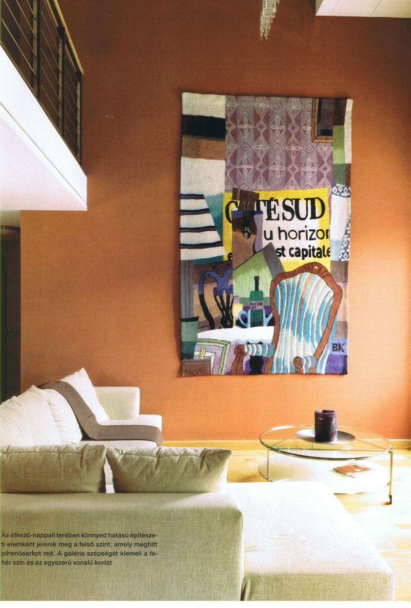 A nappali központi eleme az étkezőasztal mellett az impozáns festmény