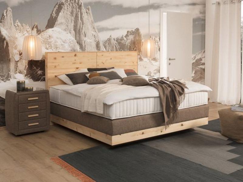 Az ADA Prémium Chalet franciaágy, fejvége és a rejtett lábak miatt, lebegő hatást keltő ágykerete könnyed és fiatalos hangulatot kölcsönöz az ágynak.