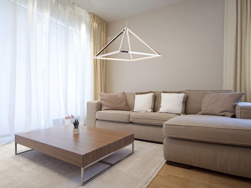 Az 50 cm-es háromszög alakú lámpa a nappaliban