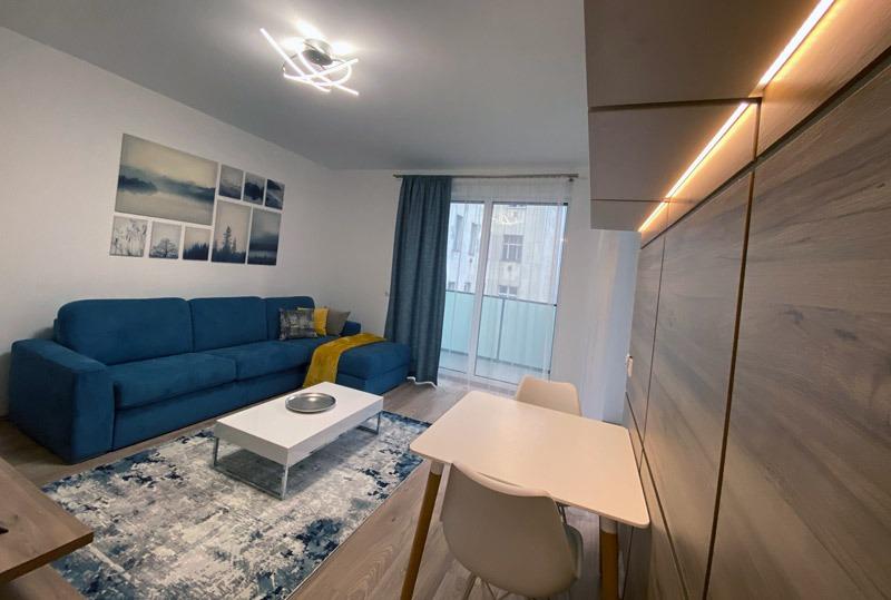 Kis lakásokba rendkívül praktikus és szép a Bella nevű termék, amely egy mozdulattal kényelmes ággyá alakítható.