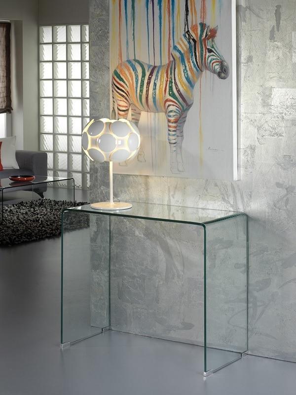 A Glass konzolasztal hajlított, víztiszta edzett üveglapból áll. Ez a termék maga a láthatatlan funkcionalitás.