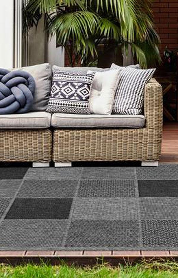 A Lalee Home Sunset SUS 605 silver szőnyeg egy beltéri és kültéri használatra is alkalmas modern szőnyeg. Akár egyszerű slaggal is mosható.
